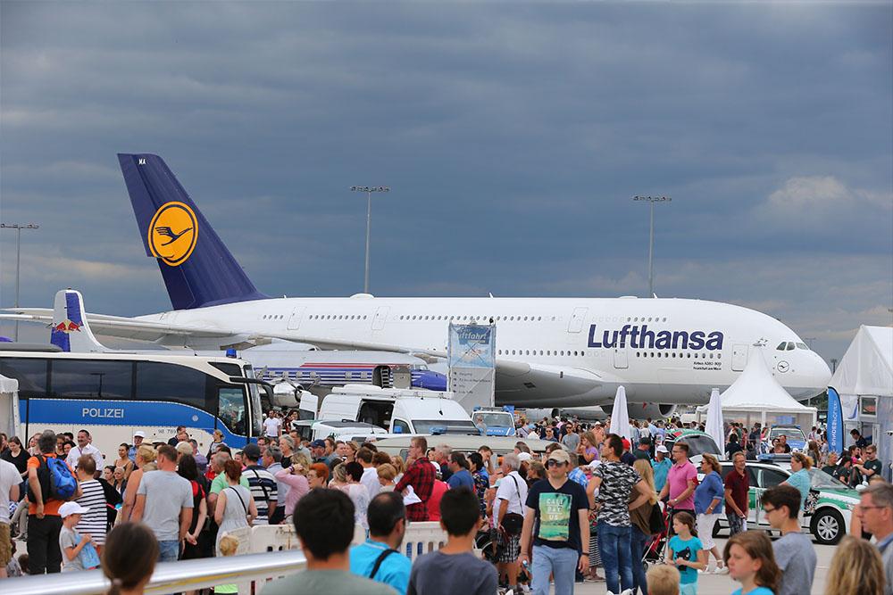 Der gigantische Airbus A380 zum Greifen nahe, riesige Löschfahrzeuge der Flughafenfeuerwehr, Flieger aus der Pionierzeit der Luftfahrt - nur einige der Attraktionen, die die Besucher auf den verschiedenen Veranstaltungsflächen rund um den Airport erleben konnten.
