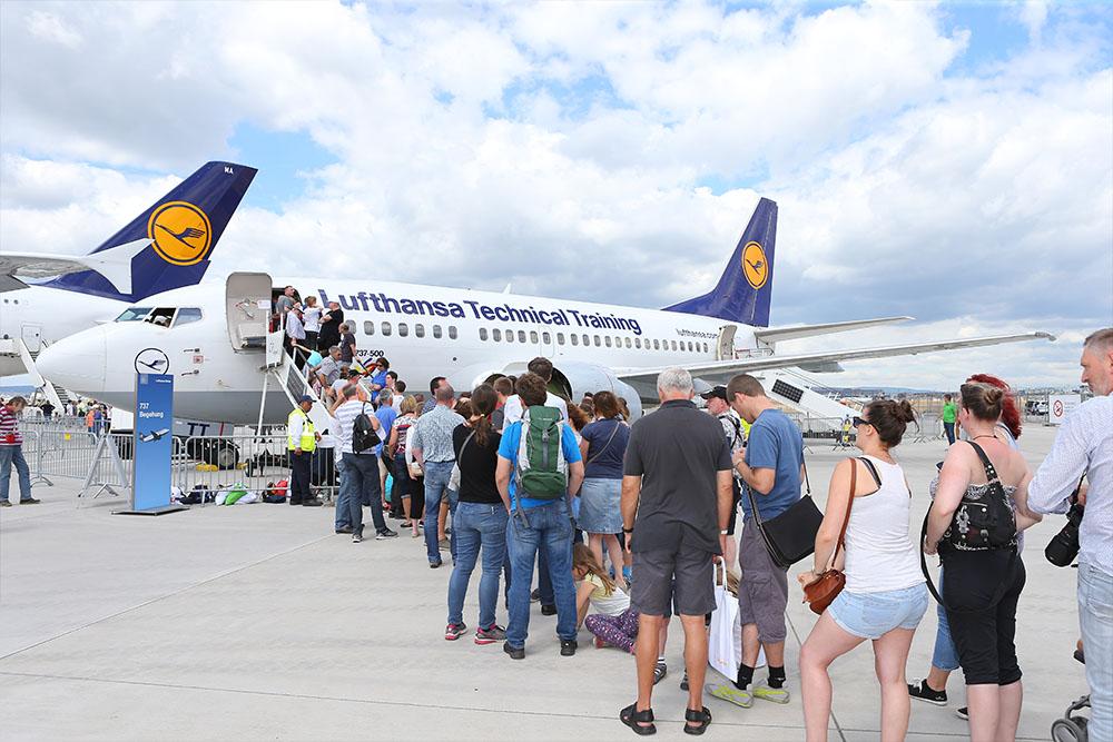 Über 100.000 Luftfahrtfans kamen zum deutschlandweiten Tag der Luftfahrt am Flughafen Frankfurt und erhielten über dieses Wochenende faszinierende Einblicke in die Luftverkehrsbranche mit all ihren Facetten. Zahlreiche Akteure sowie am Flughafen ansässige Unternehmen präsentierten sich und informierten unter anderem über die beruflichen Möglichkeiten in der Luftfahrt.